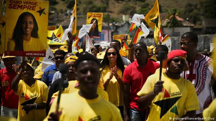 Kapverdische Inseln Wahlkampf Unterstützer mit Wahlplakat Janira Hopffer Almada