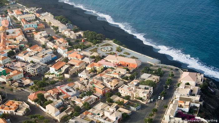 Kapverdische Inseln Küste Häuser Atlantischer Ozean (picture-alliance/dpa/R.Harding)