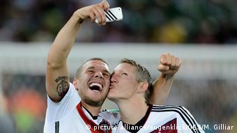 Brasilien WM 2014 Fußballer Lukas Podolski und Bastian Schweinsteiger Selfie (picture alliance/augenklick/GES/M. Gilliar)