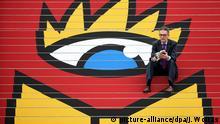 15.03.2016+++ Buchmessedirektor Oliver Zille sitzt am 15.03.2016 auf einer mit dem Logo der Buchmesse beklebten Treppe auf dem Messegelände in Leipzig (Sachsen). 2000 Aussteller aus dem In- und Ausland präsentieren vom 17. bis 20. März ihre Neuheiten. 250 000 Besucher werden erwartet. Das Schwerpunktthema der diesjährigen Messe ist «Europa im Zeichen von Zuwanderung und Integration». Foto: Jan Woitas/dpa +++ (C) picture-alliance/dpa/J. Woitas