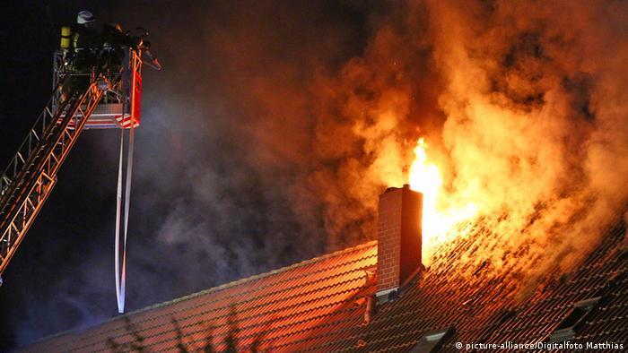 Krov izbjegličkog centra u plamenu koji vatrogasci pokušavaju ugasiti