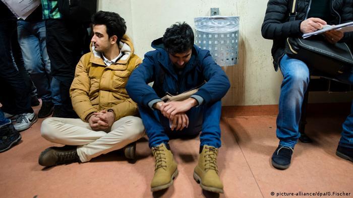 Flüchtlinge im Warteraum im Berliner LaGeSo - Foto: Gregor Fischer (dpa)