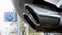 ARCHIV 2015 **** ILLUSTRATION - Der Auspuff eines Autos ist am 04.11.2015 vor einem Volkswagen-Gebrauchtwagenhändler in Hannover (Niedersachsen) zu sehen. Im bundesweit ersten Prozess wegen des VW-Abgas-Skandals entscheidet das Landgericht Bochum am 16. März, ob der Kläger sein knapp ein Jahr altes Auto zurückgeben darf. Foto: Julian Stratenschulte/dpa (zu dpa/lnw: «Käufer will seinen VW zurückgeben - Gericht entscheidet über Klage» vom 16.03.2016) +++(c) dpa - Bildfunk+++ © picture-alliance/dpa/J. Stratenschulte