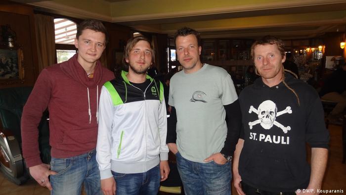 Artur, Niklas, Fabian und Charly (v.l.) vom Bremer Verein Signal of Solidarity (Foto: DW/Panagiotis Kouparanis)