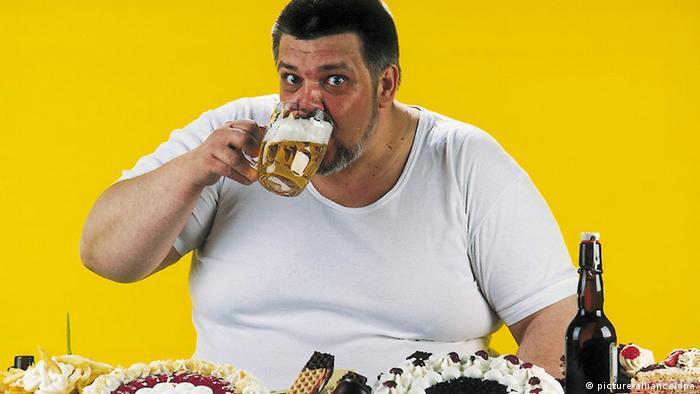 Symbolbild Falsche Ernährung dicker Mann (picture-alliance/dpa)