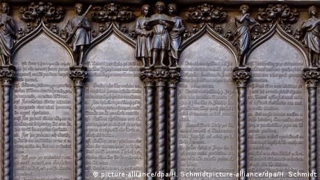 Στην είσοδο του Καθεδρικού λέγεται ότι ο Μαρτίνος Λούθηρος θυροκόλλησε τις 95 Θέσεις του κατά των καταχρηστικών πρακτικών της Καθολικής Εκκλησίας. Η 31η Οκτωβρίου του 1517 σηματοδότησε την έναρξη της Μεταρρύθμισης και άλλαξε ολόκληρη την Ευρώπη. Φέτος εορτάζεται η 500η επέτειος.