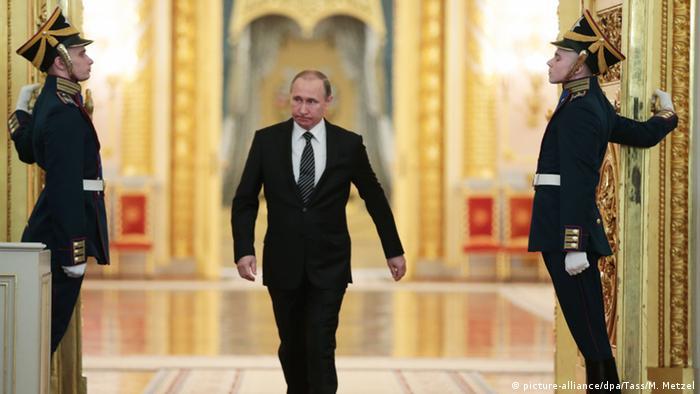 Russland Präsident Wladimir Putin - Auszeichnung im Kreml (picture-alliance/dpa/Tass/M. Metzel)