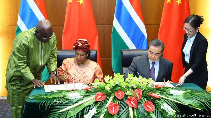 China Beijing Aussenminister Wang Yi und Neneh Macdouall Gaye (picture-alliance/Photoshot)