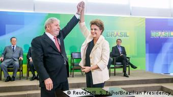 Dilma ao lado de Lula, durante a posse dele como ministro da Casa Civil