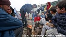 Griechenland Idomeni Flüchtlinge wärmen sich am Feuer