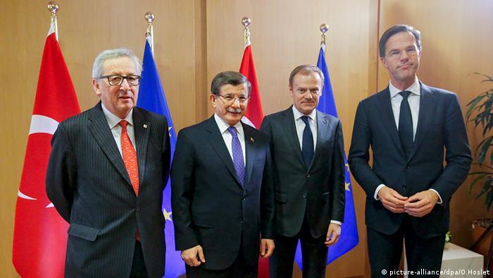Ahmet Davutoglu (2.v.l.) mit Donald Tusk (2.v.r.) Jean-Claude Juncker (l.) und Mark Rutte (r.)