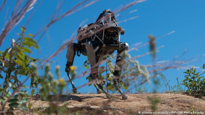 Boston Dynamics Roboter US Marines Soldaten (picture-alliance/dpa/Defense Media Activity)