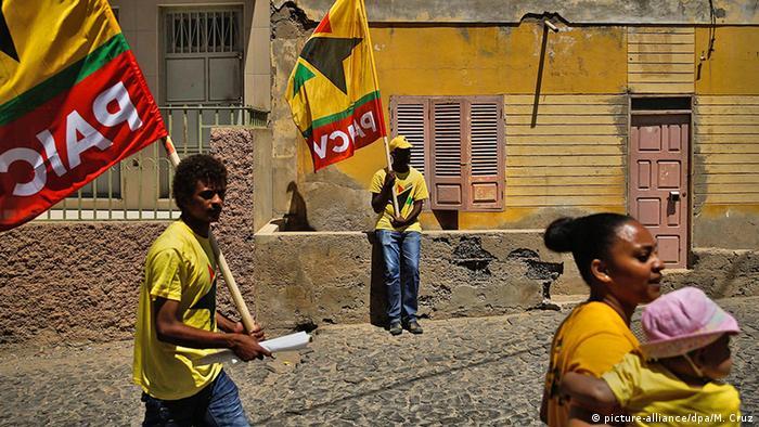Kapverdische Inseln Unterstützer PAICV mit Fahnen (picture-alliance/dpa/M. Cruz)