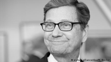 Black and white photo of a smiling Guido Westerwelle (picture-alliance/dpa/M. Becker)