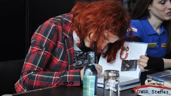 Comiczeichnerin Daniela Schreiter bei der Signierstunde auf der Manga-Comic-Con 2016 in Leipzig. (Foto: DW/ A. Steffes)