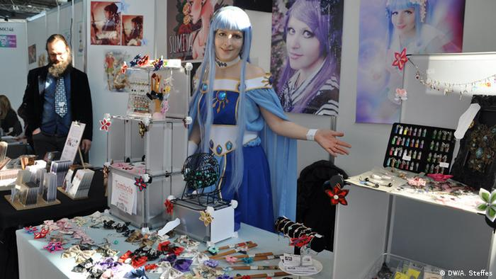 Frau mit blauen Haaren auf der Comic Con in Leipzig