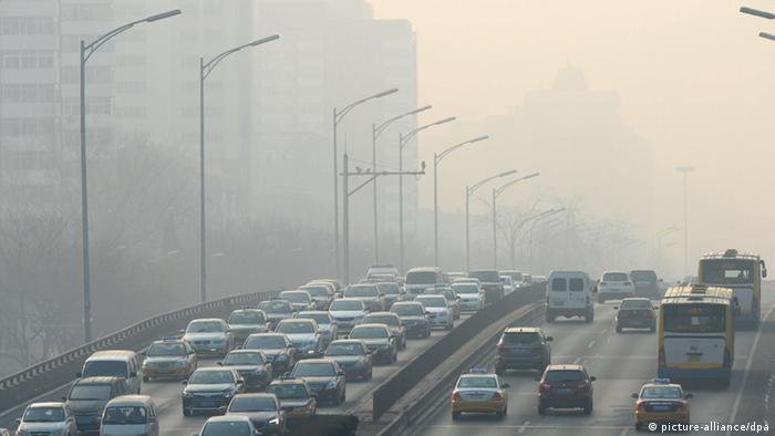 China Beijing Smog über Schnellstrasse