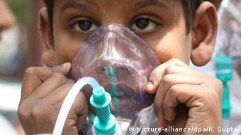 Indien Luftverschmutzung Junge mit Maske (picture-alliance/dpa/R. Gupta)
