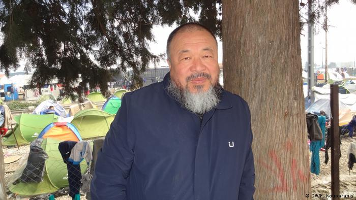 Ai Weiwei im Flüchtlingscamp.(c) DW/P. Kouparanis