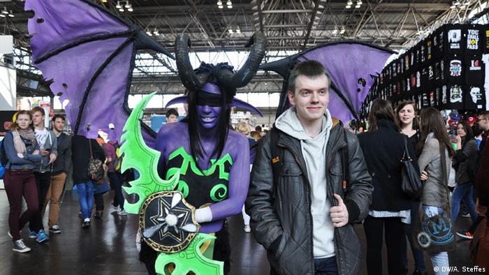 Cosplayerin mit lila Flügeln auf der Comic Con in Leipzig