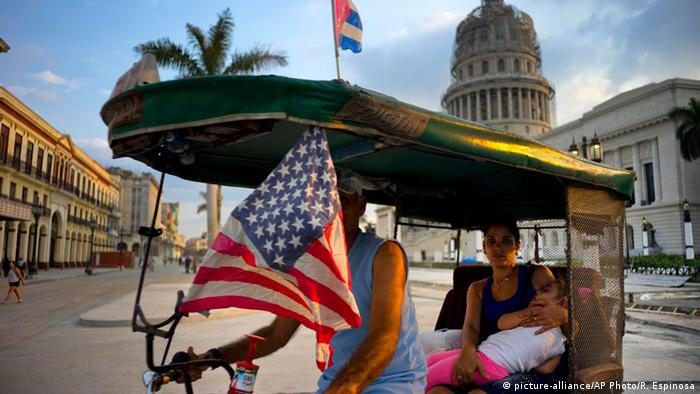 Bicycle taxi in Cuba (picture-alliance/AP Photo/R. Espinosa)