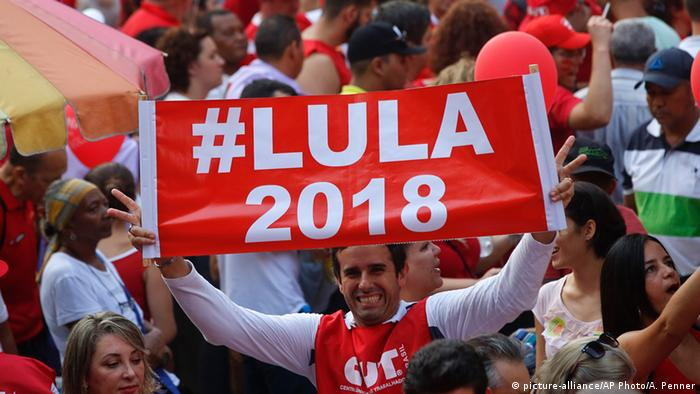 Lula's supporters holding banners saying 'Lula 2018' (picture-alliance/AP Photo/A. Penner)