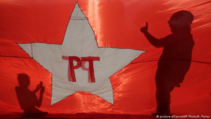Bandeira do PT em manifestação em apoio a Dilma, em 2016