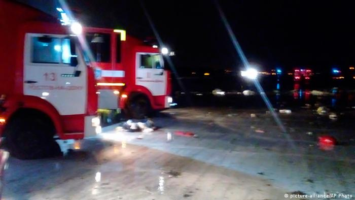 Rote LKW am Absturzort in Rostow am Don (Foto: dpa)
