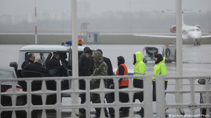 Представители следственной группы направляются к месту падения лайнера