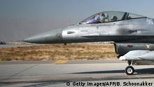 ARCHIV 2009 n*** A pilot waves from the cockpit of a US F16 fighter jet as he taxis after returning to Bagram air base after flying a mission on November 21, 2009. AFP PHOTO/BONNY SCHOONAKKER (Photo credit should read Bonny Schoonakker/AFP/Getty Images) © Getty Images/AFP/B. Schoonakker