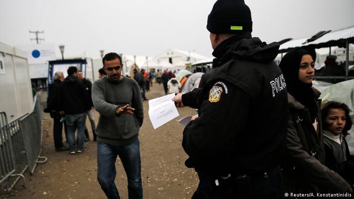 Griechenland Beamte informieren Flüchtlinge über die Grenzsituation