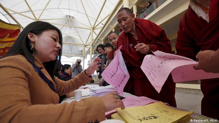 Stimmabgabe von tibetischen Mönchen in Dharamsala (Foto: Reuters)
