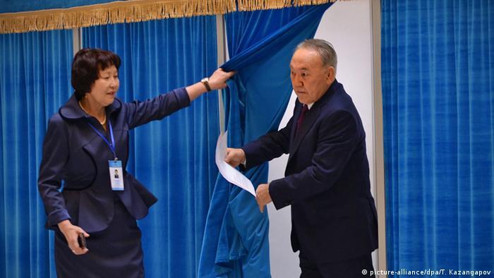 Президент Казахстану Нурсултан Назарбаєв голосує на виборах