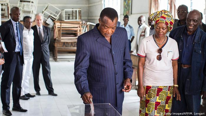 Kongo Brazzaville Präsidentschaftswahlen Wahllokal Denis Sassou Nguesso (Getty Images/AFP/M. Longari)
