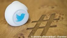 ARCHIV - Ein Gadget mit dem Logo des Kurznachrichtendienstes Twitter liegt am 29.06.2015 in Hamburg in einem Büro von Twitter Deutschland auf einem Besprechungstisch mit eingraviertem Zeichen Hashtag. Foto: Christian Charisius/dpa (zu dpa «Zum 10. Geburtstag von Twitter» vom 20.03.2016) +++(c) dpa - Bildfunk+++ picture-alliance/dpa/C.Charisius