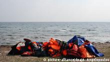20.3.2016 *** Auf Lesbos (Griechenland) ist die Flüchtlingskrise mittlerweile gut organisiert - selbst das Müllproblem, Foto vom 20.03.2016. Wenn Boote ankommen, sammeln freiwillige Helfer die Schwimmwesten ordentlich auf einen Haufen, fertig zum Abtransport. Für die Migranten, die es von der türkischen Küste aus nach Lesbos geschafft haben, geht es nun weiter Richtung griechisches Festland - und dann womöglich zurück in die Türkei. In den frühen Morgenstunden des Sonntags erreichten zehn voll besetzte Schlauchboote die Ostküste von Lesbos. Foto: Alexia Angelopoulou/dpa (zu dpa-KORR Flüchtlingspakt auf Lesbos: an der Realität vorbei vom 20.03.2016) Copyright: picture-alliance/dpa/A. Angelopoulou