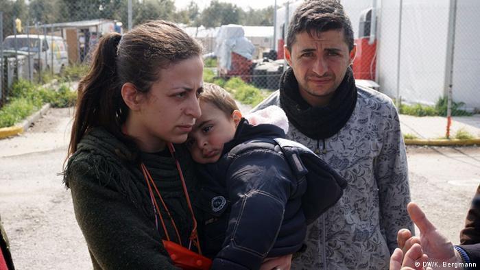 Die Syrerin Nour auf Lesbos mit ihrem Kind im Arm (Foto: DW)