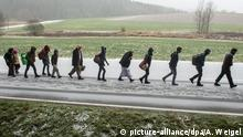 A line of people walking to Germany over the German Austrian border (picture-alliance/dpa/A. Weigel)