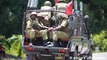 Tansania Sansibar Pemab Polizisten in Mannschaftswagen