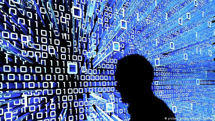 CeBIT Hannover Leuchtdisplay Symbolbild Internet Cyberspace