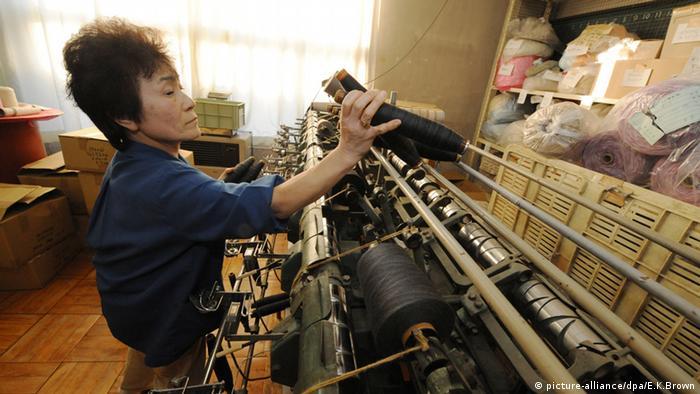 Japan Strickmaschine Stricken Industrie (picture-alliance/dpa/E.K.Brown)