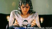 Frau mit Kristallkugel