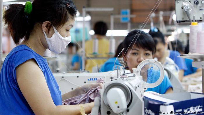 Vietnam Strickmaschine Stricken Industrie (picture-alliance/dpa/L.Thai Linh)