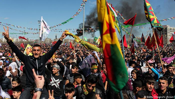 Kurdische Demonstration mit Flaggen (Foto: Getty Images/U. Tosun)