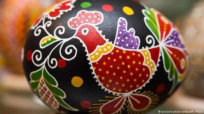 Петушок на пасхальном яйце