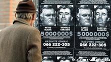 Mann blickt Fahndungsplakate Radovan Karadzic und General Ratko Mladic in Sarajevo