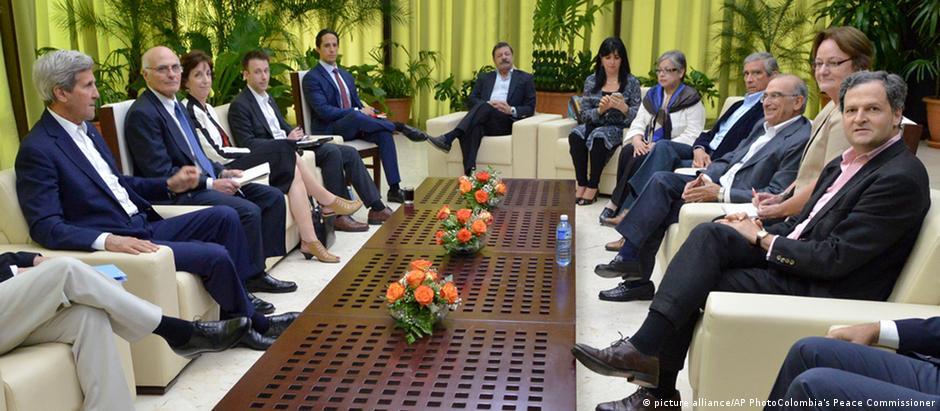 Kerry em reunião com a delegação do governo da Colômbia em Havana