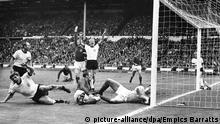 Hurst cetak gol kontroversial dalam final Piala Dunia 1966