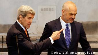 John Kerry mit Edi Rama am 14.2.2016 in Tirana (Foto: picture-alliance/epa/A. Babani)