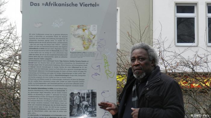 Mnyaka Mboro in front of an Information placard in Berlin's colonial district. Photo:: DW/D. Pelz